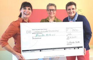 Alexandra Schultes, (li.) und Helena Schlender, (Mitte) bei der Spendenübergabe mit Cornelia Frings (re., TrauBe-Vorstand)
