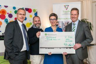Monega-Geschäftsführer Bernhard Fünger und Christian Finke (li. und re.) mit Manuel Schweichler und Johanna Koslowsky (TrauBe) Foto: Johannes Haas