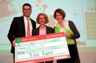 Penny-Vertreter Ambroise Forssmann-Trevedy bei der Scheckübergabe an die TrauBe-Frauen Petra Alefeld und Nicole Nolden (v.l.)