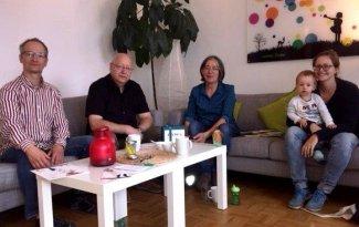 Christoph Hamborg (li.), Dirigent des Sinfonischen Blasorchesters Köln mit Musikern zu Besuch bei TrauBe